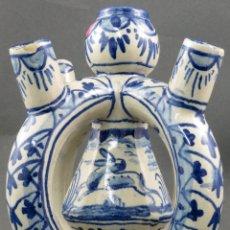 Antigüedades: CANDELABRO DE CINCO CANDELEROS EN CERÁMICA BLANCA Y AZUL TRIANA ESCENA CAZA SIGLO XX. Lote 164728962