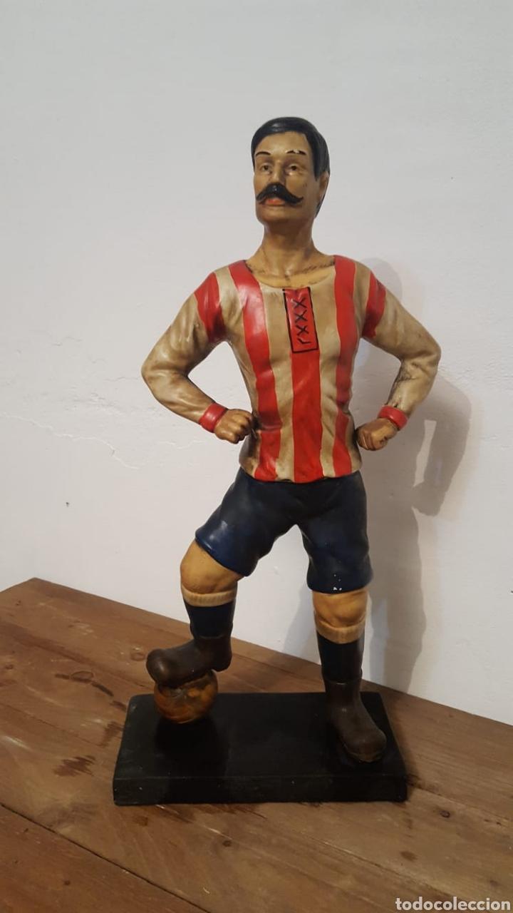 ESCULTURA DE FÚTBOLISTA (Antigüedades - Hogar y Decoración - Figuras Antiguas)