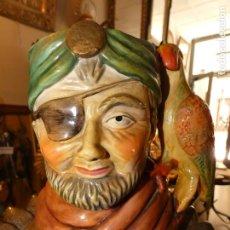 Antigüedades: JARRA CON FORMA DE PIRATA Y LORO 17 X 18 CMS. SIN MARCA. Lote 164735546