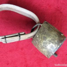 Antigüedades: CAMPANO CON COLLAR DE MADERA MUY ANTIGUO - PRECIOSO SONIDO.. Lote 164741750