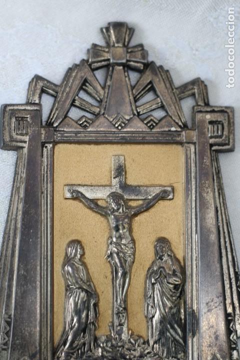 Antigüedades: ANTIGUA BENDITERA DE FRANCIA ART DECO AÑOS 40 MARIA Y JUAN ANTE JESUS CRUCIFICADO EN EL CALVARIO - Foto 3 - 164824658