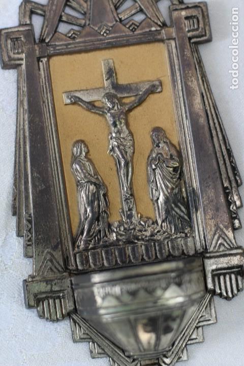 ANTIGUA BENDITERA DE FRANCIA ART DECO AÑOS 40 MARIA Y JUAN ANTE JESUS CRUCIFICADO EN EL CALVARIO (Antigüedades - Religiosas - Benditeras)