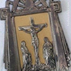 Antigüedades: ANTIGUA BENDITERA DE FRANCIA ART DECO AÑOS 40 MARIA Y JUAN ANTE JESUS CRUCIFICADO EN EL CALVARIO. Lote 164824658