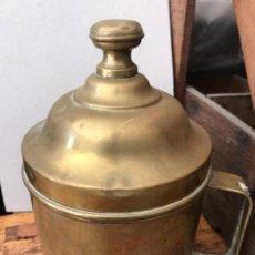 Antigüedades: RECIPIENTE METÁLICO DE ANTIGUO COLMADO. Lote 164841358