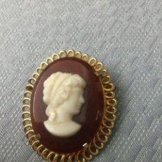 Antigüedades: BROCHE CAMAFEO DORADO DE PASTA. Lote 164868614