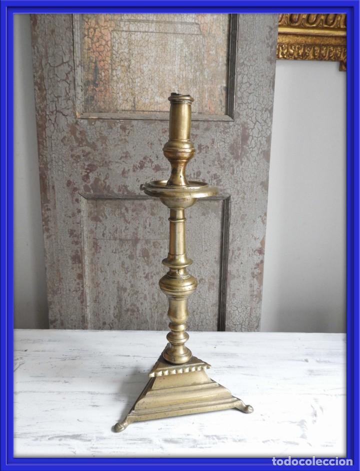 ANTIGUO VELON HACHERO O CANDELERO DE IGLESIA EN BRONCE (Antigüedades - Iluminación - Candelabros Antiguos)