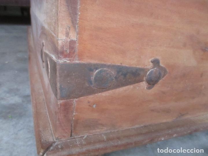 Antigüedades: Caja, Baúl, Arcón - Madera de Cedro - con Doble Tapa - Patas Torneadas - Ideal para Mesa de Centro - Foto 7 - 164887486