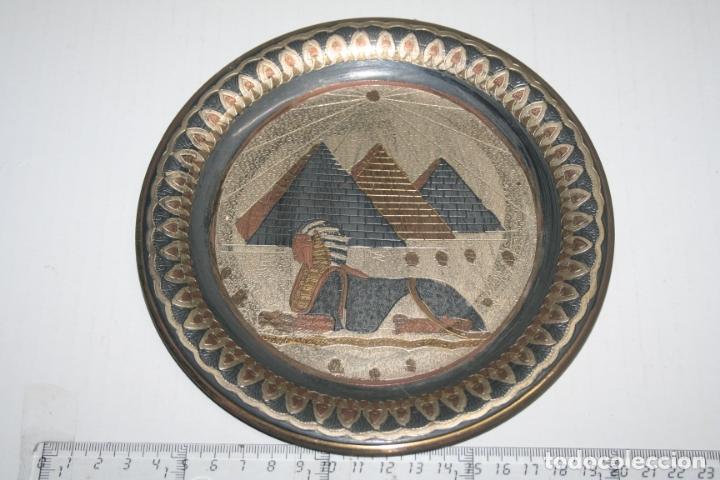 PLATO PARA COLGAR DECORATIVO DE EGIPTO *** IMAGEN PIRÁMIDES *** DIÁMETRO 18 CM (Antigüedades - Hogar y Decoración - Platos Antiguos)