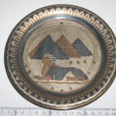 Antigüedades: PLATO PARA COLGAR DECORATIVO DE EGIPTO *** IMAGEN PIRÁMIDES *** DIÁMETRO 18 CM. Lote 164891798