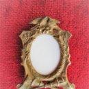 Antigüedades: PEQUEÑO PORTAFOTOS DE BRONCE ART NOUVEAU FRANCES - DE COLECCION CON BONITA ORLA NATURALISTA. Lote 165013334