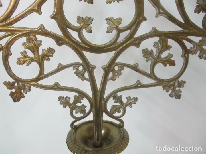 Antigüedades: Gran Candelabro Judío - Menora - Bronce Cincelado - 7 luces - 87 cm Altura - S. XIX - Foto 13 - 165026838