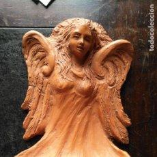 Antigüedades: 27,5 CM BENDITERA PILA BARRO TERRACOTA ORIGINAL HECHA A MANO PIEZA UNICA ANGEL ARCANGEL AGUA BENDITA. Lote 165040706