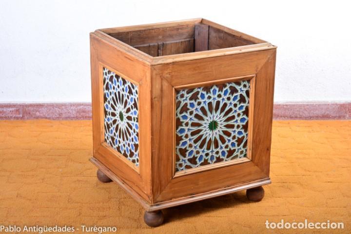 Antigüedades: Precioso macetero antiguo con azulejos de cerámica esmaltada con motivos arabescos mensaque? - Foto 3 - 165070030