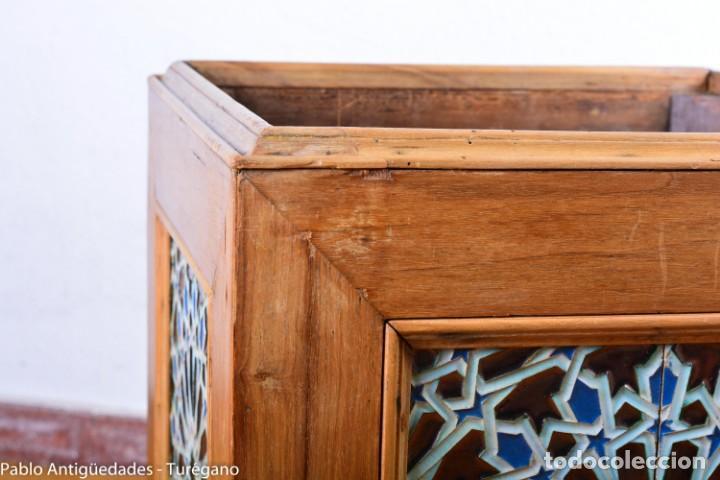 Antigüedades: Precioso macetero antiguo con azulejos de cerámica esmaltada con motivos arabescos mensaque? - Foto 4 - 165070030