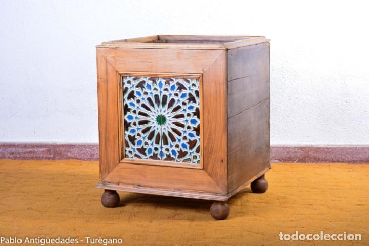 Antigüedades: Precioso macetero antiguo con azulejos de cerámica esmaltada con motivos arabescos mensaque? - Foto 5 - 165070030