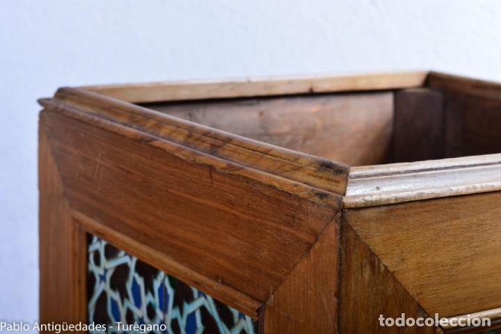 Antigüedades: Precioso macetero antiguo con azulejos de cerámica esmaltada con motivos arabescos mensaque? - Foto 11 - 165070030