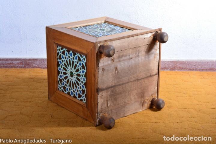 Antigüedades: Precioso macetero antiguo con azulejos de cerámica esmaltada con motivos arabescos mensaque? - Foto 12 - 165070030
