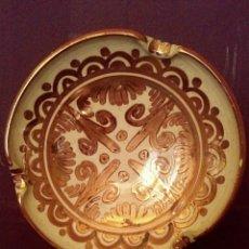 Antigüedades: PLATO. ESCUDILLA DE REFLEJOS METALICOS. MANISES.. Lote 165077130