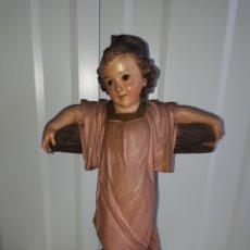 Antigüedades: GRAN NIÑO JESÚS EN CRUZ OJOS DE CRISTAL FINALES DE LOS 60 OLOT. Lote 165097941
