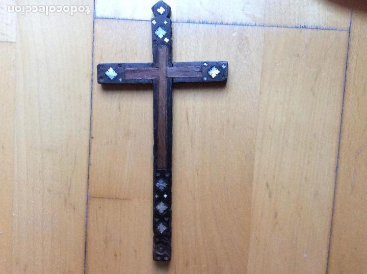 Antigüedades: Cruz en madera con decoración en nácar 21cmx10,5cm. - Foto 2 - 165109690