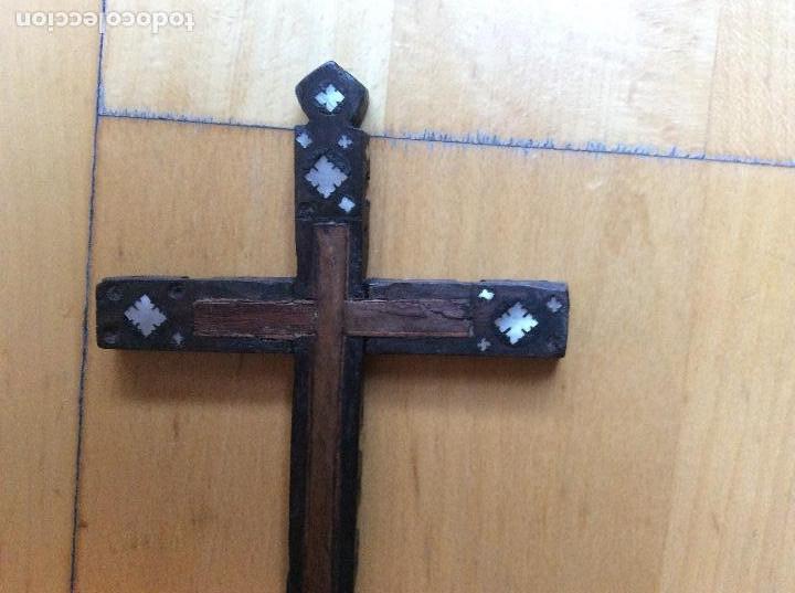 Antigüedades: Cruz en madera con decoración en nácar 21cmx10,5cm. - Foto 3 - 165109690