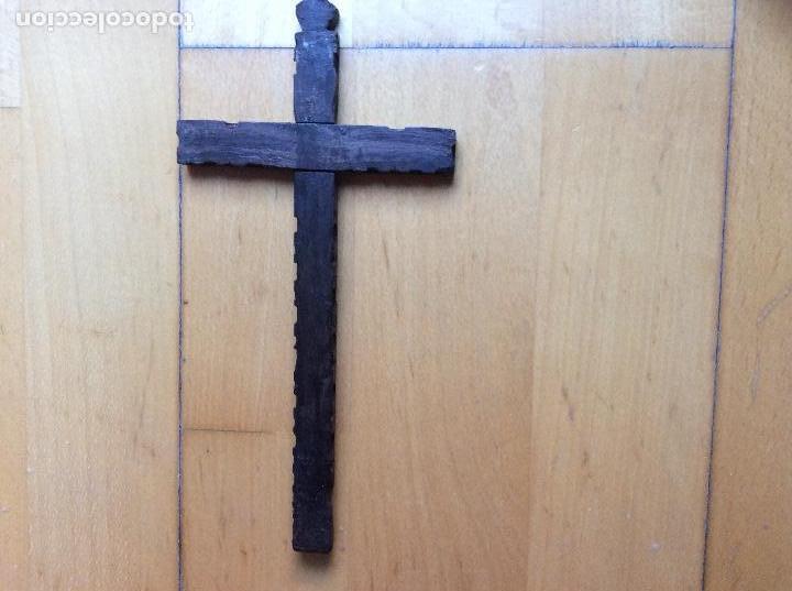 Antigüedades: Cruz en madera con decoración en nácar 21cmx10,5cm. - Foto 5 - 165109690