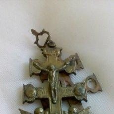 Antigüedades: ANTIGUA CRUZ DE CARAVACA DE BRONCE. Lote 165129874