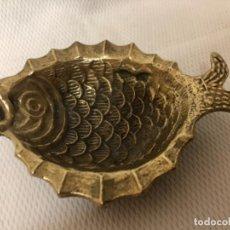 Antigüedades: BONITO CENIZERO EN BRONCE , EN FORMA DE PEZ . Lote 165146510
