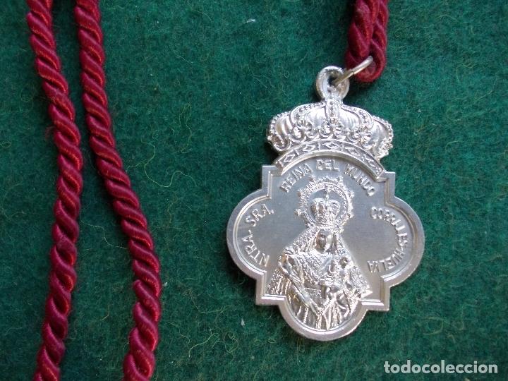 MEDALLA HERMANDAD ANTIGUA CON CORDON REINA DEL MUNDO SAN JOSÉ OBRERO CORRALES (Antigüedades - Religiosas - Medallas Antiguas)