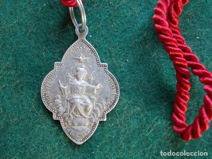Antigüedades: MEDALLA HERMANDAD ANTIGUA CON CORDON AVE MARIA CRISTO REINA - Foto 2 - 165159974