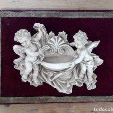 Antigüedades: BENDITERA RESINA ANGELITOS SOBRE TERCIOPELO ROJO. Lote 165183550