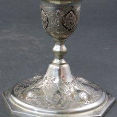 Antigüedades: CANDELERO EN PLATA CINCELADA TIBETANA PRINCIPIOS DEL SIGLO XX. Lote 165202606