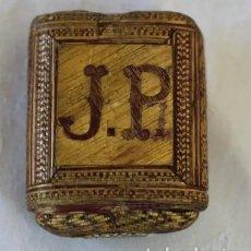 Antigüedades: ANTIGUA TABAQUERA REALIZADA EN PAJA O FIBRA NATURAL MARQUETERÍA MINUSCULA. Lote 165347822