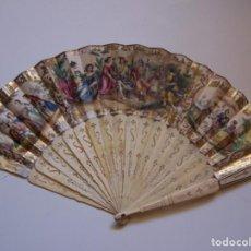 Antigüedades: ABANICO ISABELINO. PAÍS DE PAPEL LITOGRAFIADO, VARILLAJE DE HUESO. ABIERTO 49,50 CM. . Lote 165394970