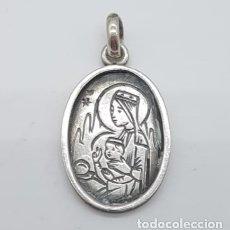 Antigüedades: MEDALLA ANTIGUA DE PLATA DE LEY CON IMAGEN CINCELADA DE NUESTRA SEÑORA DE MONTSERRAT .. Lote 165425586