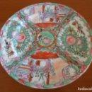 Antigüedades: PLATO DECORATIVO CHINO PINTADO A MANO CON SELLO EN REVERSO 26 CMS DE DIAMETRO. Lote 165454794