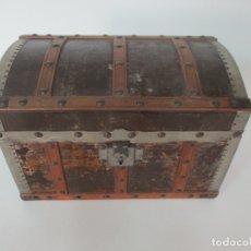 Antigüedades: PEQUEÑO BAUL DE JUGUETE, JOYERO - CAJA - MADERA FORRADA EN HOJALATA - ANCHO 30 CM, ALTURA 19,5 CM. Lote 165460154