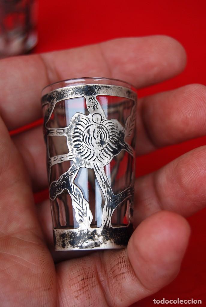 Antigüedades: LOTE DE DOS VASOS PARA TEQUILA EN CRISTAL Y PLATA CINCELADA CON CONTRASTE 925 AMP MÉXICO .VER FOTOS - Foto 9 - 165528642