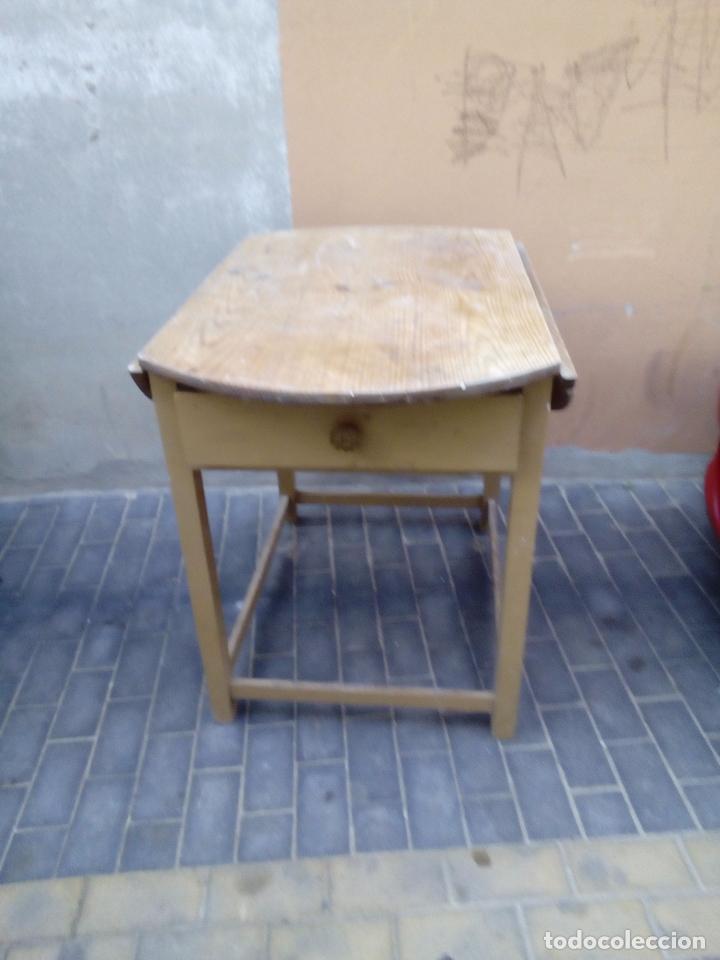 Antigua Mesa de cocina de alas con 2 cajones.