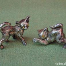 Antigüedades: PAREJA DE PEQUEÑOS GATITOS DE METAL Y CON UNOS BRILLANTITOS AMARILLOS EN LOS OJOS NUMERADOS.. Lote 165584850