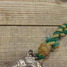 Antigüedades: SEMANA SANTA SEVILLA, MEDALLA CON CORDON HERMANDAD DE LA MACARENA, METAL. Lote 165598014