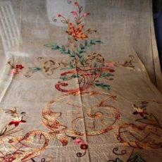 Antigüedades: T9 CORTINA BORDADA A MANO SOBRE TELA DE LINO, BORDADO DE NUDOS. ART NOUVEAU FINES S XIX . Lote 165598698