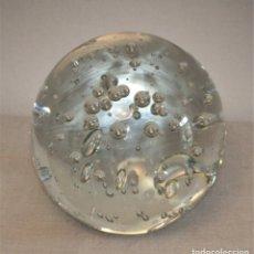 Antigüedades: BOLA MUY GRANDE PISAPAPELES DE CRISTAL CON BURBUJAS INTERIORES DE MURANO. Lote 165609394