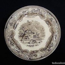 Antigüedades: PLATO DE CERAMICA DE CARTAGENA COLOR MARRÓN. ESTAMPADO CON ¨BÚFALOS Y TIRADOR A CABALLO¨.. Lote 165615802