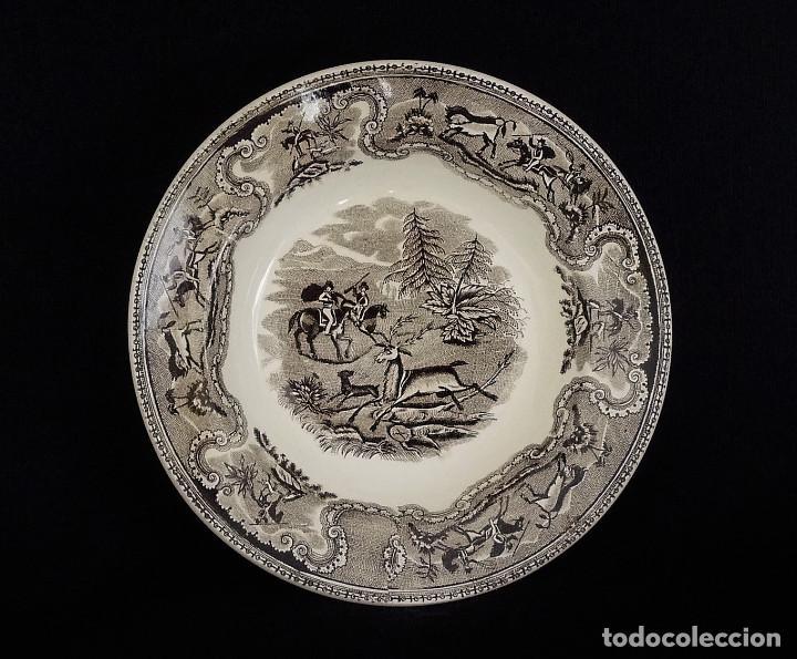 Antigüedades: Seis platos de ceramica de Cartagena en color marrón, estampados con ¨Persecución de un venado¨. - Foto 2 - 165621038