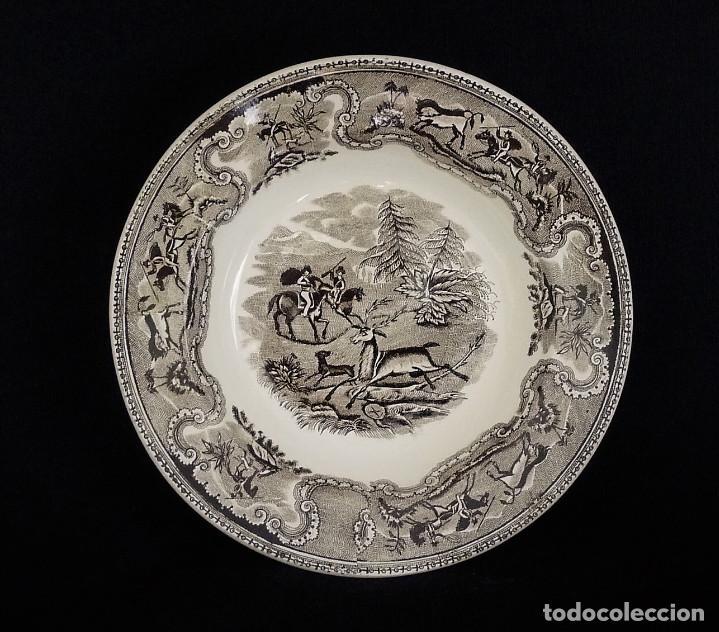 Antigüedades: Seis platos de ceramica de Cartagena en color marrón, estampados con ¨Persecución de un venado¨. - Foto 3 - 165621038