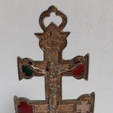 Antigüedades: CRUZ DE CARAVACA DE METAL CON BASE DE MARMOL. Lote 165633345