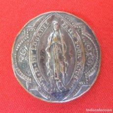 Antigüedades: MEDALLA DE LA VIRGEN DE LOURDES, CON UNA EXTRAÑA COGIDA TRASERA Y MARCAS DEL FABRICANTE.. Lote 165652766
