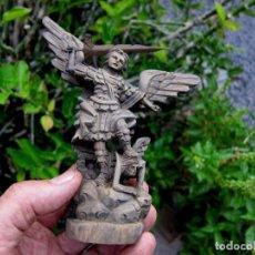 Antigüedades: TALLA DE MADERA EN MINIATURA SAN MIGUEL ARCÁNGEL. Lote 165682510