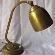 Antigüedades: ANTIGUA LÁMPARA DE SOBREMESA - DESPACHO - DE METAL, VINTAGE , RETRO. Lote 165715338